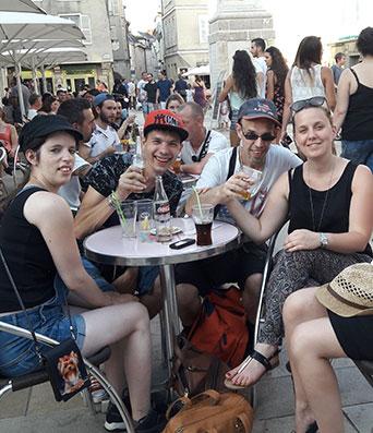 Photo illustrant des personnes assises à une terrasse